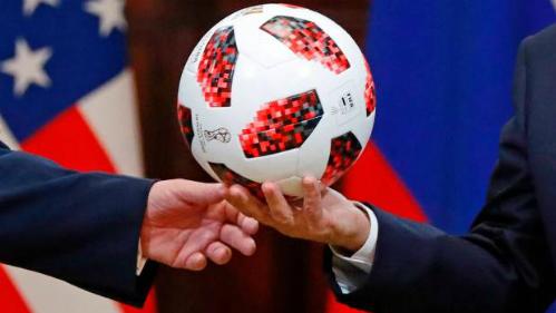 Quả bóng mà tổng thống Nga đã trao cho tổng thống Mỹ Donald Trump dường như có một chip NFC trong đó.
