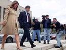 Bill Gates và vợ Melinda hài lòng bước ra khỏi toà án.