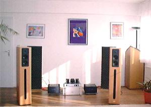 Phòng nghe bằng gỗ và có nhiều cửa sổ bằng kính thì âm thanh không hay.