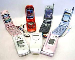 Điện thoại di động trở thành món đồ không thể thiếu. Ảnh: Web-japan.