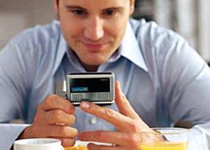 Xem truyền hình qua điện thoại di động. Ảnh: Mobile-info.