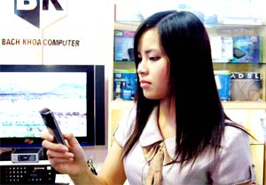 Điện thoại di động là phương tiện liên lạc không thể thiếu. Ảnh minh họa: Hoàng Hà.