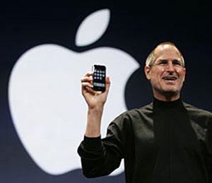 Giám đốc điều hành Apple, ông Steve Jobs, giơ cao iPhone trong buổi họp báo tại Mac World. Ảnh: Usnews.
