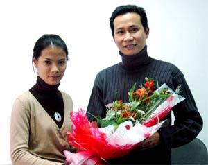 Ông Nguyễn Sỹ Chí nhận hoa kỷ niệm tại tòa soạn Số Hóa.