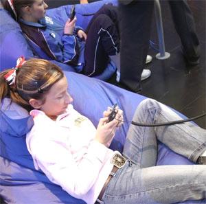 Thanh thiếu niên cũng sử dụng điện thoại di động. Ảnh: WCG.