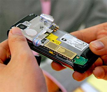 Tìm được một điện thoại đã qua sử dụng nhưng là hàng chính hãng còn bảo hành là tốt nhất. Ảnh: Hoàng Hà.