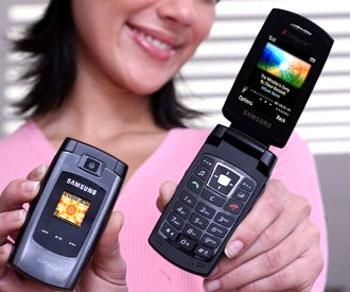 Điện thoại dáng gập trông lịch sự nhưng dễ bị đứt cáp. Ảnh: Mobilewhack.