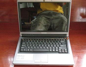 Màn hình của Y410 là màn hình gương. Ảnh: Notebookspec.