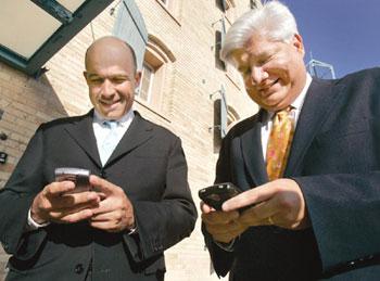 2 ông chủ của RIM với điện thoại BlackBerry. Ảnh: Chosun.
