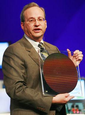 Justin Rattner, Giám đốc công nghệ của Intel, giới thiệu tấm wafer dùng để chế tạo chip Penryn 45 nanomet tại diễn đànphát triển Intel ở Bắc Kinh (Trung Quốc) đầu năm nay. Ảnh: Legitreview.
