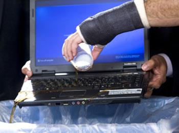 Có thể đổ cả cốc sôđa lên bề mặt bàn phím. Ảnh: Acer Việt Nam.