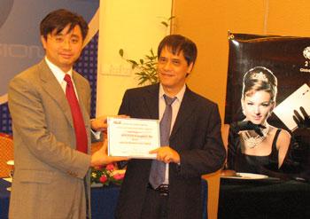 Asus trao chứng nhận cho nhà phân phối Vĩnh Xuân, đánh dấu sự góp mặt của Asus trên thị trường laptop Việt Nam.
