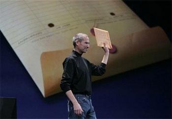 MacBook Air được gói gọn trong chiếc bì thư này. Ảnh: AP.