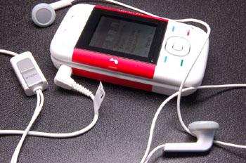 Nokia 5200 có các phím bấm nghe nhạc chuyên dụng. Ảnh: Mobilnik.