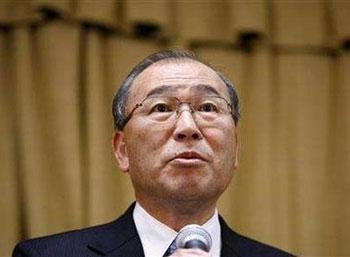 Ông Atsutoshi Nishida, Chủ tịch kiêm Tổng giám đốc Toshiba, trong buổi họp báo công bố quyết định rút lui khỏi cuộc chiến định dạng đĩa độ nét cao. Ảnh: Reuters.