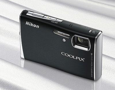 Nikon Coolpix S52 có thân hình vuông vắn kiểu truyền thống. Ảnh: Letsgodigital.