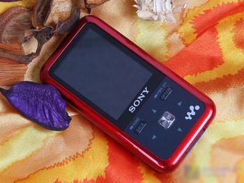 Walkman S615F có thiết kế mượt mà. Ảnh: Sosol.