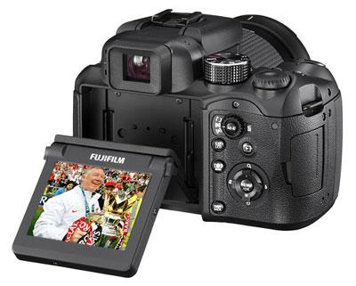 Fujifilm FinePix S100FS được trang bị màn hình có khả năng lật, xoay linh hoạt. Ảnh: Letsgodigital.