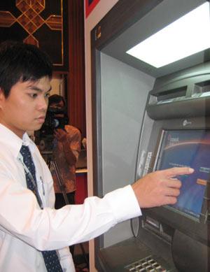 Một máy ATM có khả năng chuyển đổi ngoại tệ được giới thiệu tại Banking 2008. Ảnh: V.T