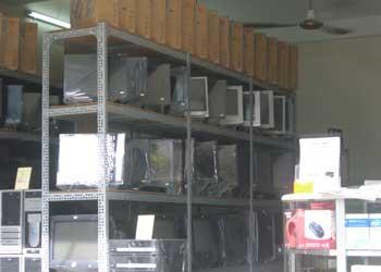 Máy tính secondhand nhập từ Mỹ được bán rất nhều tại chợ Nhật Tảo(TPHCM) - Ảnh Huy Trường