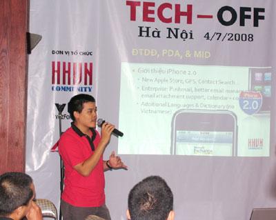 Tác giả của bàn phím tiếng Việt cho iPhone trong một buổi offline. Ảnh: Quốc Huy.