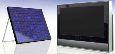 TV LCD 26 inch của Sharp đi kèm với một tấm pin mặt trời cùng cỡ. Ảnh: Cnet.
