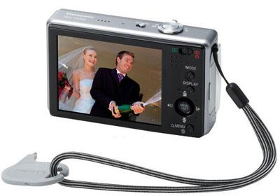 Panasonic Lumix FX520 có màn hình cảm ứng rộng 3 inch. Ảnh: Infoborder.