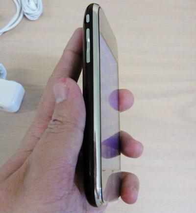 iPhone 3G trông mỏng hơn nhưng kỳ thực lại dày hơn iPhone cũ. Ảnh: Smh.