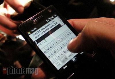 Nhập liệu bằng bàn phím ảo trên máy. Ảnh: Phonemag.