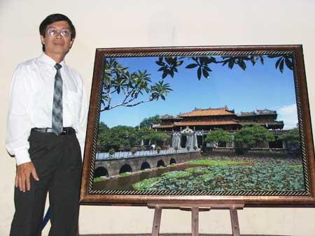 Nhiếp ảnh gia Hoàng Chung Thủy cùng bức ảnh đại giải Guiness VN - Ảnh: H.T
