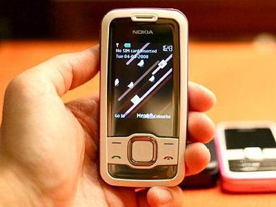 Nokia 7610 Supernova ở chế độ chờ. Ảnh: Dân Trí.