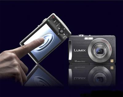 Lumix DMC-FX520 có màn hình cảm ứng. Ảnh: Timnhanh.
