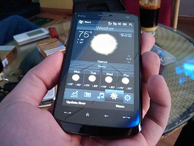 Máy có màn hình rộng, trên hình đang hiển thị thời tiết ở Hà Nội. Ảnh: Handheldvn.