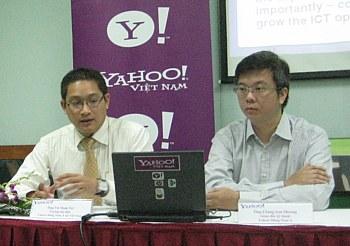 Giám đốc Yahoo Việt Nam Vũ Minh Trí và Giám đốc kỹ thuật của Yahoo Đông Nam Á Chang Sau Sheong trong buổi giới thiệu Chiến lược mở tại Đại học FPT sáng 19/11.