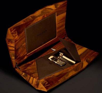 Hộp đựng máy được làm từ gỗ cao cấp và kiểu dáng đặc biệt. Ảnh: Engadget.