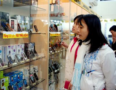 Nhiều người đến cửa hàng điện thoại chỉ tham quan và khảo giá. Ảnh: Quốc Huy.