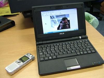 Asus Eee PC 701 có màn hình 7 inch chỉ nhỏ như cuốn sổ tay. Ảnh: Insideview.