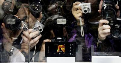 Sony Ericsson mở ra cuộc đua điện thoại 12 Megapixel. Ảnh: Reuter.