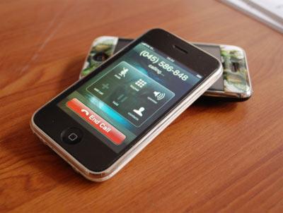 iPhone 3G tại Việt Nam không qua con đường chính thức. Ảnh: Quốc Huy.