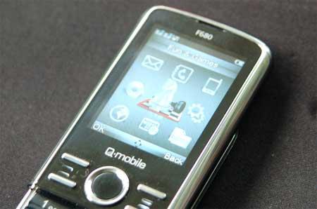 Q-mobile F680 có màn hình 2 inch.