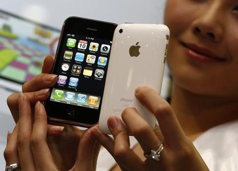 iPhone với các phần mềm xoay quanh App Store. Ảnh: Reuters.
