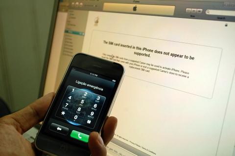 Từ một chiếc iPhone 3G còn bị khóa mạng. Ảnh: Quốc Huy.