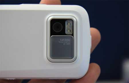 Camera 5 Megapixel với ống kính Carl Zeiss. Ảnh: Alex Tran.