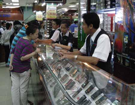 Ngày càng có nhiều người tìm đến điện thoại giá rẻ. Ảnh: Phú Sơn