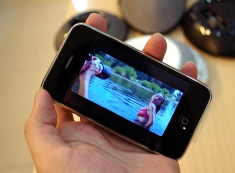 Không chỉ lướt web, máy còn cho phép xem YouTube bằng Wi-Fi nhanh. Ảnh: Quốc Huy.
