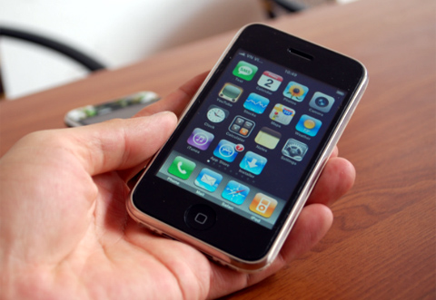 iPhone 3G vẫn được nhiều người chọn mua. Ảnh: Quốc Huy.