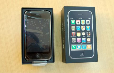 Giá bán iPhone 3GS lên tới trên dưới 20 triệu đồng. Ảnh: Quốc Huy.