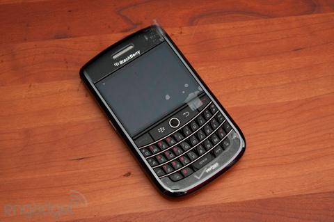 Tour có phong cách thiết kế của các mẫu BlackBerry truyền thống. Ảnh: Engadget.
