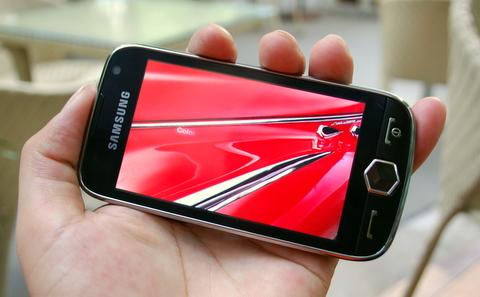 Màn hình AMOLED hiển thị hình ảnh khi lướt web, xem video rực rỡ. Ảnh: Quốc Huy.