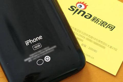 iPhone phiên bản Trung Quốc với logo nhà mạng mặt sau. Ảnh: Sina.